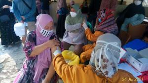 Polsek nagrak bekerjasama dengan Puskesmas dan Kecamatan Nagrak adakan Vaksinasi Covid 19 untuk warga