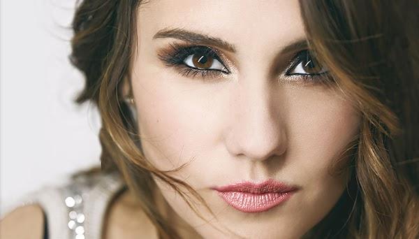 """Dulce María aparece muito caliente no clipe do seu novo single; Assista agora """"Volvamos""""!"""