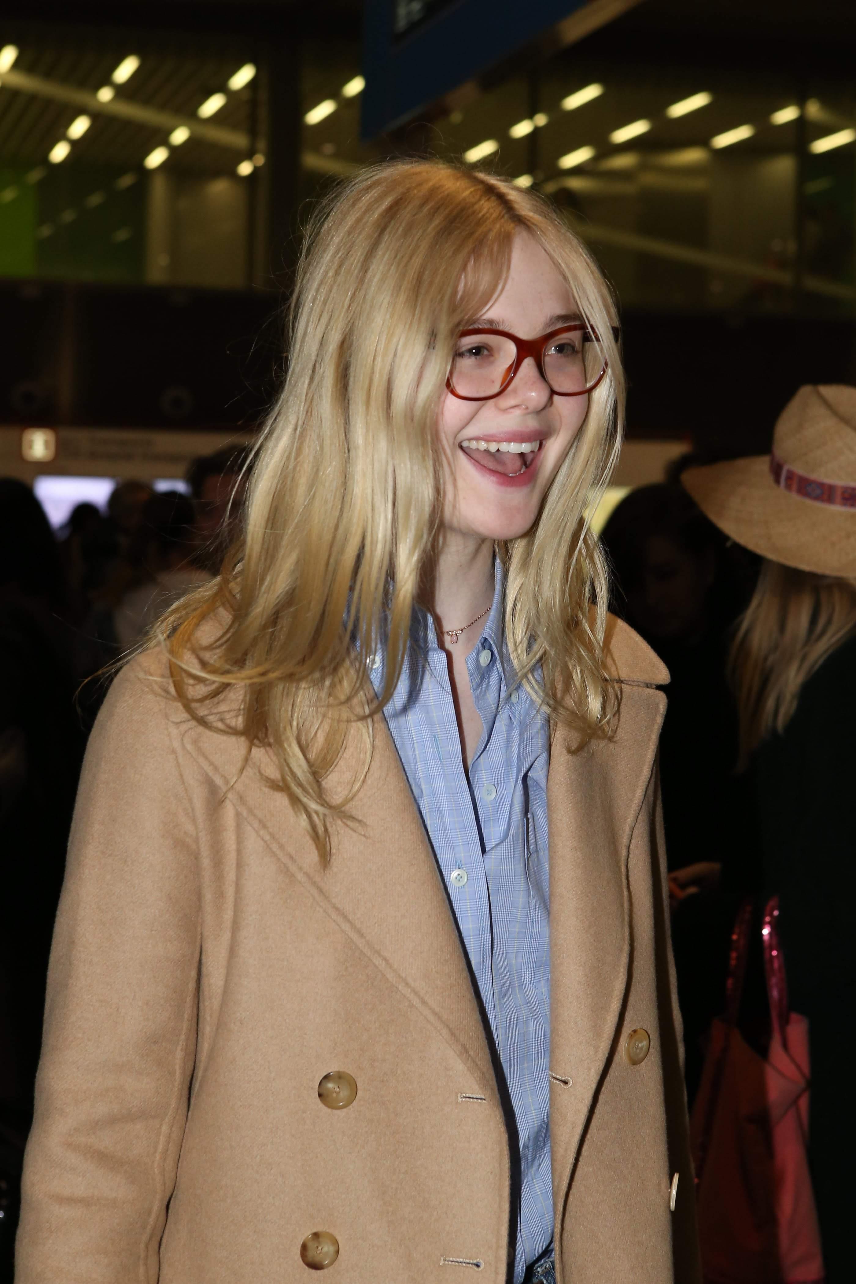 Elle Fanning touched down in Charles De Gaulle Airport : ファッション・ウィーク開催中のパリのシャルル・ド・ゴール空港に到着のエルたん ! !