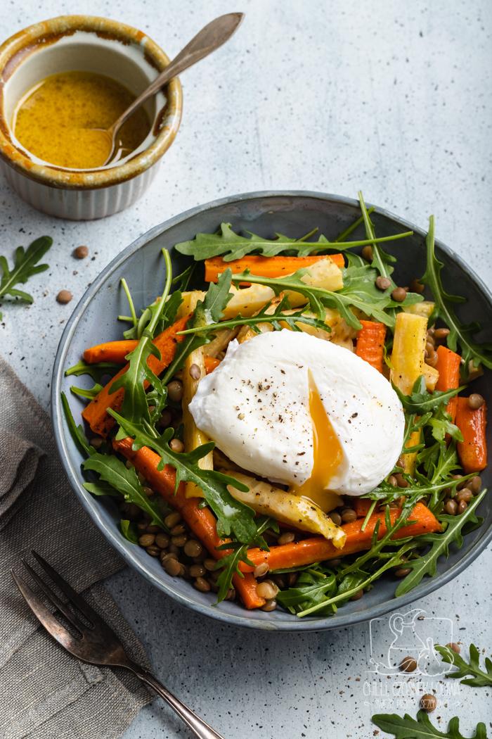 Sałatka z warzyw korzeniowych i soczewicy z jajkiem w koszulce
