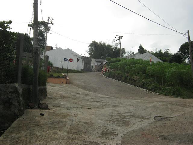 Akses jalan masuk menuju kompleks perumahan dengan kondisi menanjak