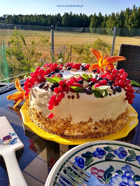 Tort z letnimi owocami