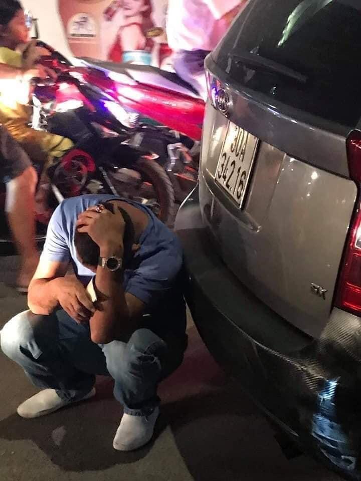 Đánh người sau va chạm giao thông, người đàn ông lái ô tô bị người dân và tài xế GoViet đuổi đánh!!!