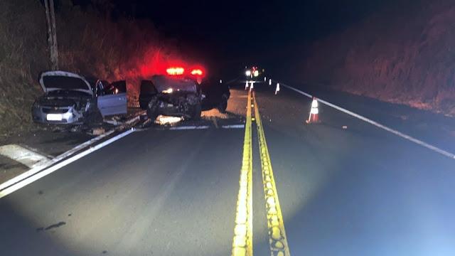 Batida frontal entre carros deixa motoristas em estado grave e gravíssimo