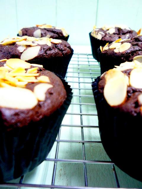 chocolate muffins, arandanos
