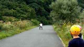 ダウンヒルロングスケートボードはスライドでのスピード調整が重要