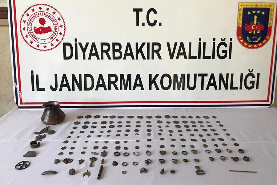 Diyarbakır Yenişehir'de tarihi sikkeleri satmak isteyen 2 kişi yakalandı