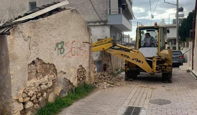 Κατεδάφισαν παλαιά ετοιμόρροπη κατοικία στο Άργος