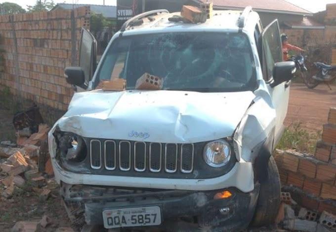 Bandidos com carro de luxo são presos após perseguição e acidente