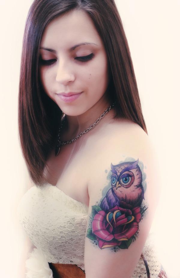 Foto de novia con tatuaje en el brazo, el tatuaje de un buho new school