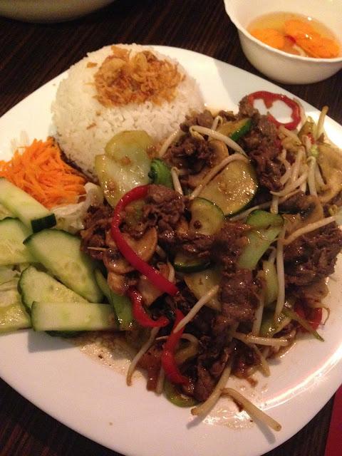 Cơm thịt bò xào cần tỏi (rijst met rundvlees, selderij, ui en Vietnamese kruiden)