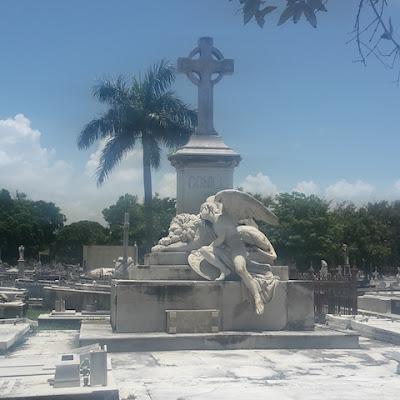 Ornate Tombstone - Cementario de Colón