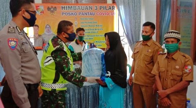 Kepala Desa Hujan Mas Melaksanakan Giat Penyerahan BLT Bantuan Langsung Tunai Kepada Masyarakatnya