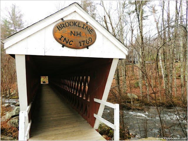 Puente Cubierto Peatonal Nissitissit Bridge en Brookline, New Hampshire