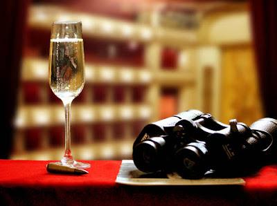 The Living Daylights, 1987 - Symbolbild Champagner in der Oper