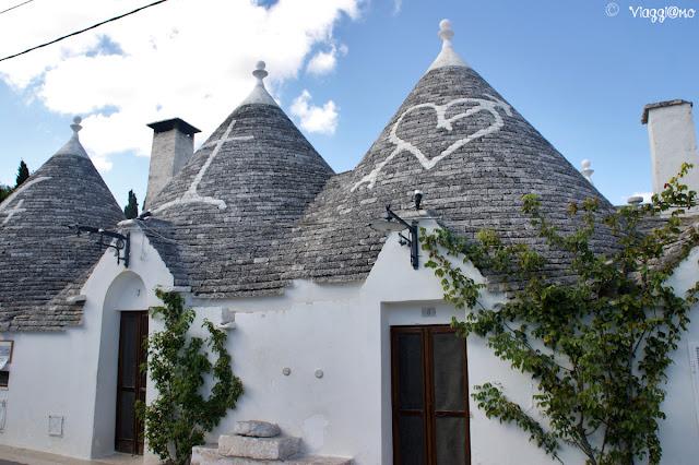 Alberobello - Trulli particolare simboli sui tetti