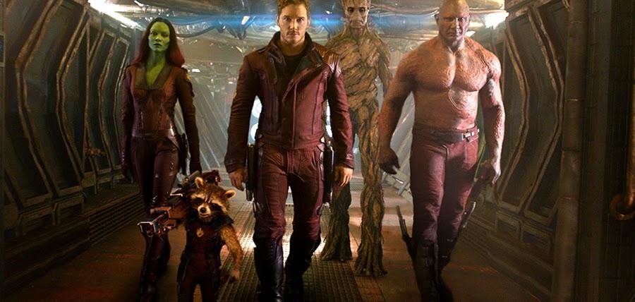 Star Lord, Drax Distrugătorul, asasina Gamora, extraterestrul Groot şi cu ratonul Rocket în Gardienii Galaxiei