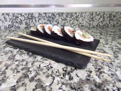 Makis de salmón ahumado y aguacate