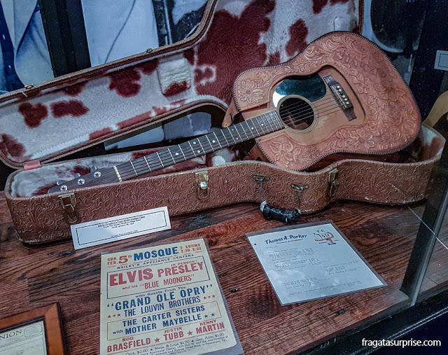 Violão que pertenceu a Elvis Presley, no acervo do Sun Studio de Memphis