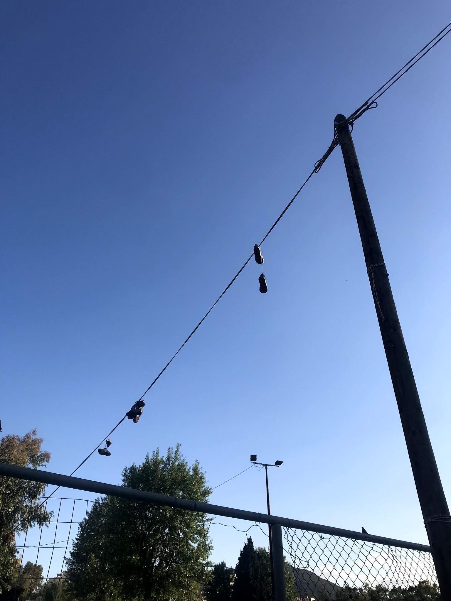 Αυτό που είδαμε στην περιοχή του Βούρκου είναι παπούτσια να δένονται μεταξύ τους με τα κορδόνια τους και να βρίσκονται κρεμασμένα στα καλώδια.