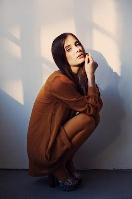 Pose, Posing atau Gaya Model pose meodel cewek cantik igo jongkok pada saat di foto