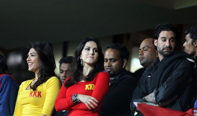 La star du porno Sunny Leone porte une chemise de Xxx pendant un match de Ccl - Hd-7891