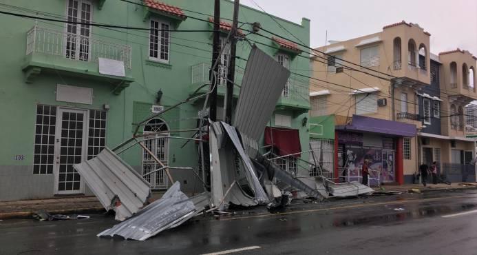 Equipos llegados de EE.UU. tratan de abrir carreteras en un Puerto Rico devastado