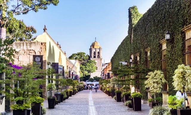 El poblado de Santiago de Tequila fue fundado el 15 de abril de 1530 por franciscanos bajo las órdenes de fray Juan Calero, trayendo para ello a indígenas del cerro del Chiquihuitillo.