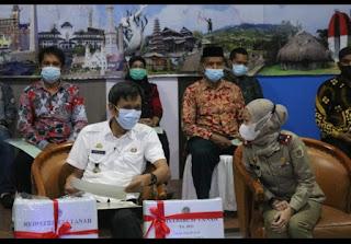Kepala BPN Pinrang Serahkan Simbolis 1.189  Sertifikat di 8 Desa