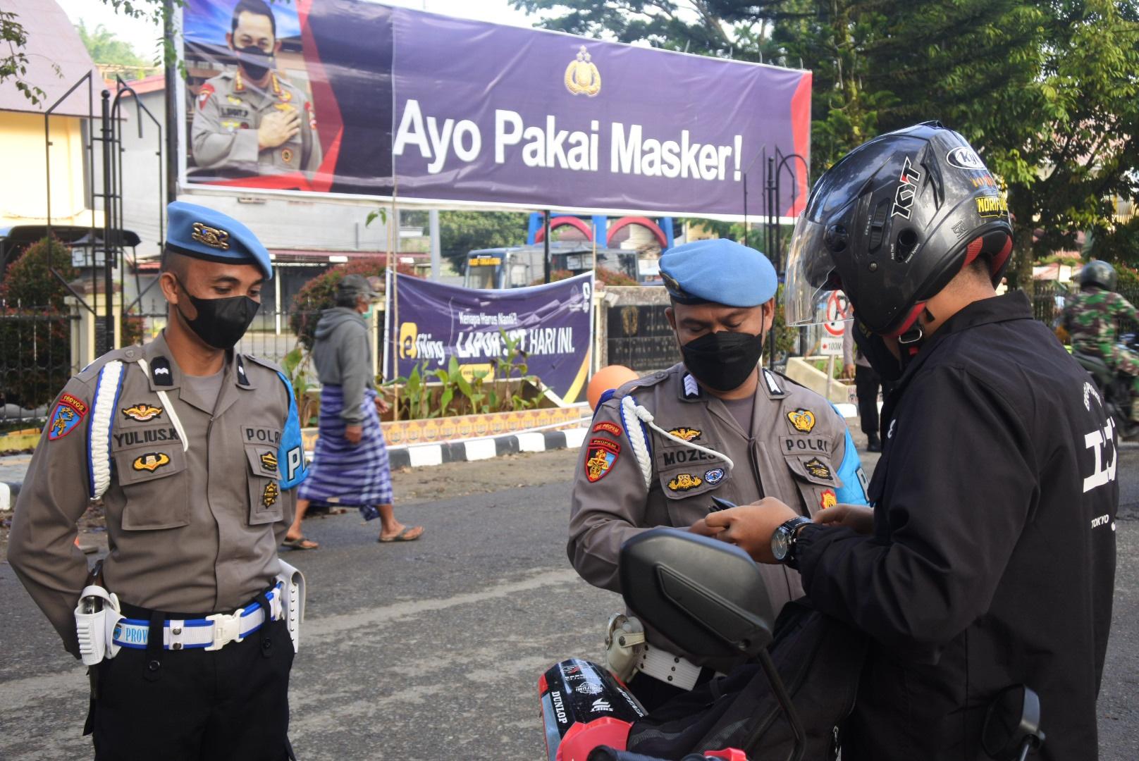 Tidak Lengkap Saat Berkendara, 7 Personil Polres Toraja Utara ini  Ditilang Propam