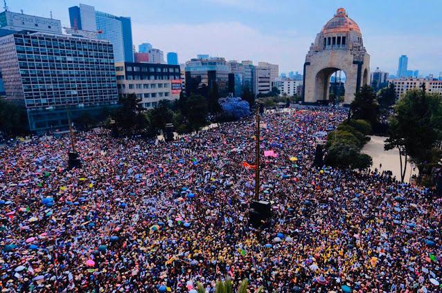 Marcha de mujeres feministas en la Ciudad de México.
