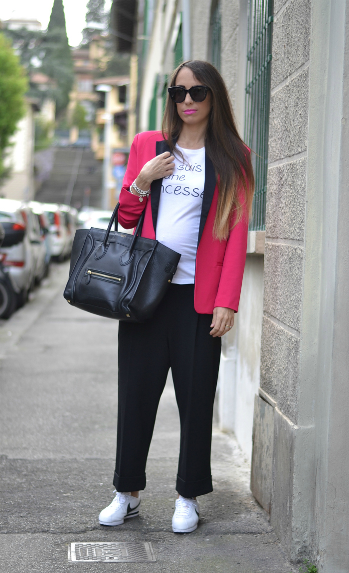 pantaloni neri blazer rosa