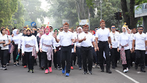 Pangdam III/Siliwangi Ikuti Jalan Sehat Keluarga Dalam Peringatan Hari Ibu ke-91 Di Kota Bandung