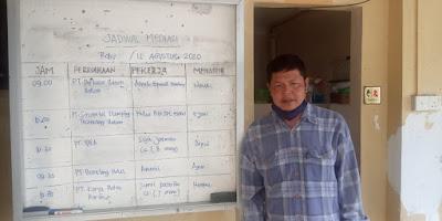 Tukiman saat di kantor Dinas Tenaga Kerja kota Batam menunggu manajemen PT BKS