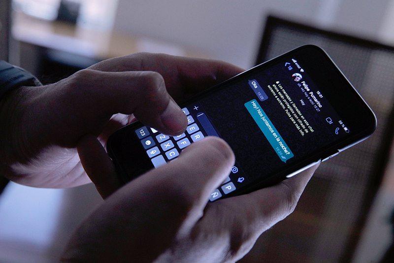Activa el nuevo modo de pantalla oscura en el WhatsApp