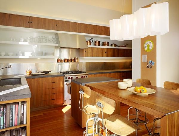 Dapur dengan banyak nuansa kayu dari lantai sampai dinding