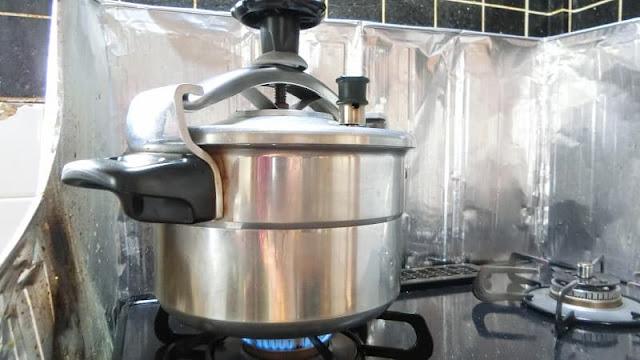圧力鍋にふたをして加圧10分