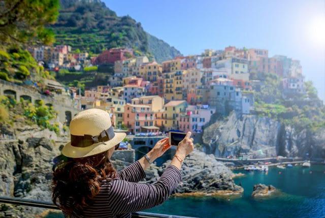 Rời Riomaggiore, du khách nên ghé thăm Manarola, ngôi làng nổi tiếng với nghề sản xuất rượu vang từ thời La Mã. Ngôi làng này nằm trên đỉnh một vách đá lớn, nhìn xuống dưới là Địa Trung Hải. Manarola là làng nhỏ thứ 2 trong nhóm tạo nên Cinque Terre nhưng lại có lịch sử lâu đời nhất.