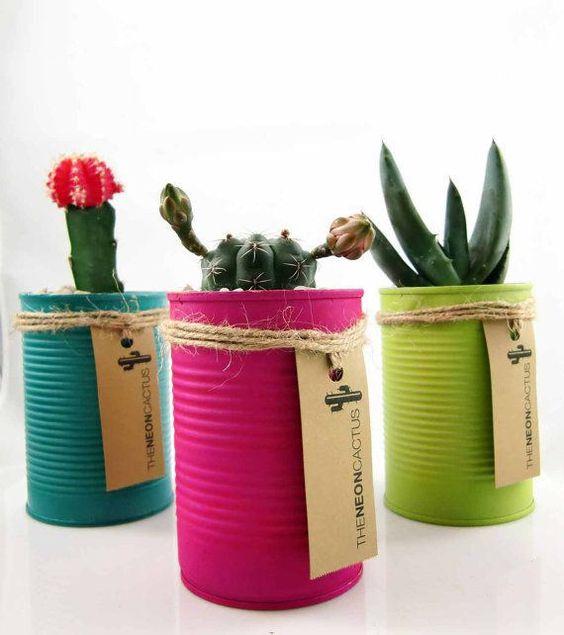 Vaso colorido de latas