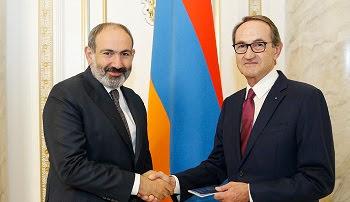 Ex diputado de Francia recibió pasaporte armenio