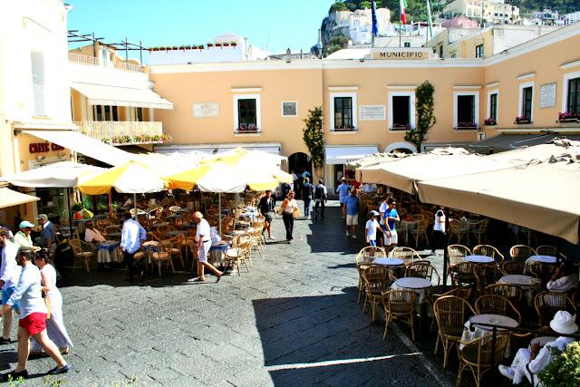 piazzetta, tavoli, ristoranti, turisti, ombelloni, Capri