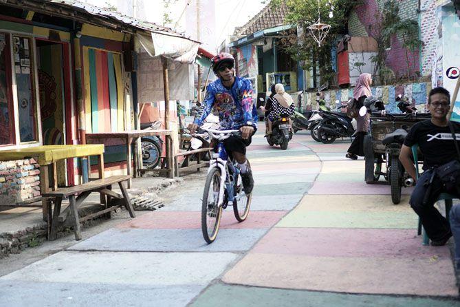 Pesepeda yang menyempatkan diri melintasi Kampung Ragam Warna Kendal