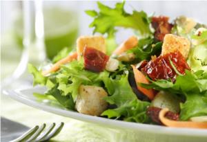"""<img src=""""ensalada-mixta.jpg"""" alt=""""la ensalada mixta incluye vegetales, frutas y carnes"""">"""