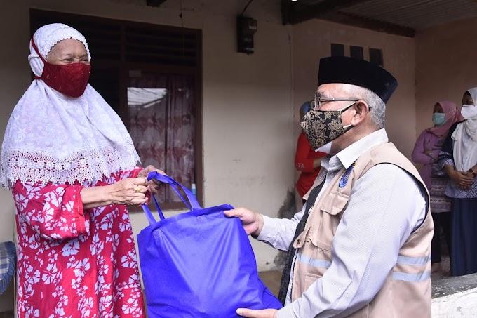 Walikota Bagikan Ratusan Paket Sembako Warga Isolasi Mandiri