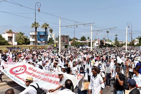 """الأساتذة المُتعاقدون يتوعدّون أمزازي بشهر """"ساخن"""" من الاحتجاجات"""