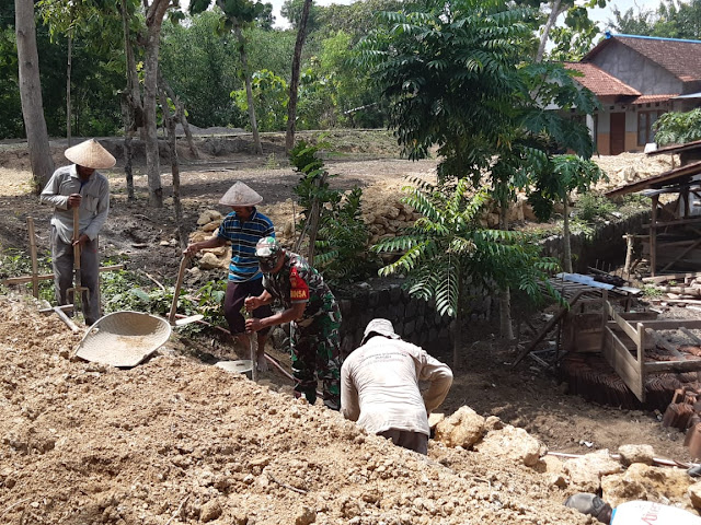 Kodim Sragen - Babinsa Bersama Warga Gotong Royong Pembuatan Saluran Air