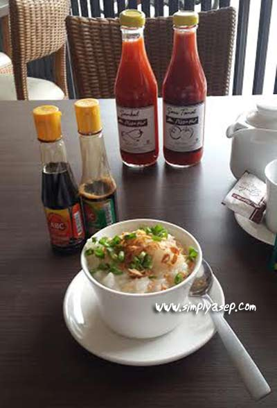 1 portion of chicken porridge that is ready to be enjoyed. Too bad there is no organic sauce like in chicken porridge in general. Just the sauce from the sauce, It's pretty spicy enough. Photo of Asep Haryono