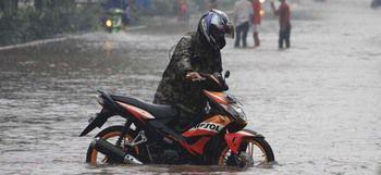 Tips Berkendara Saat Musim Hujan Agar Mesin Tetap Aman Terutama Pada Bagian Busi
