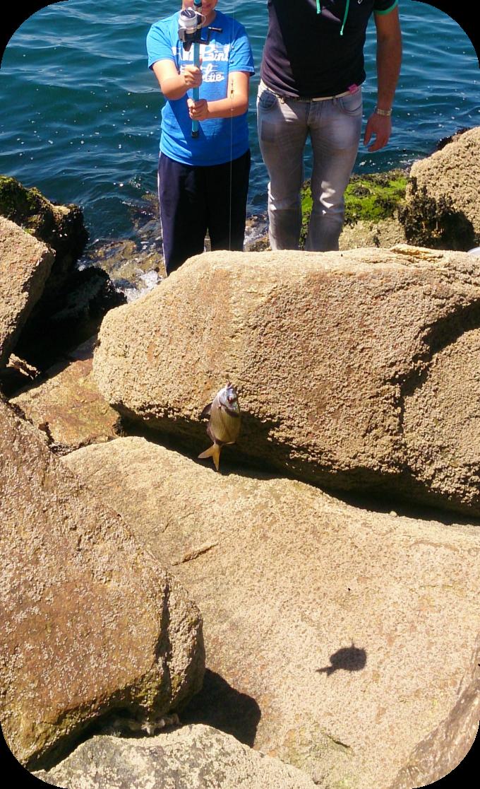 Foto niño pescando su primer pez