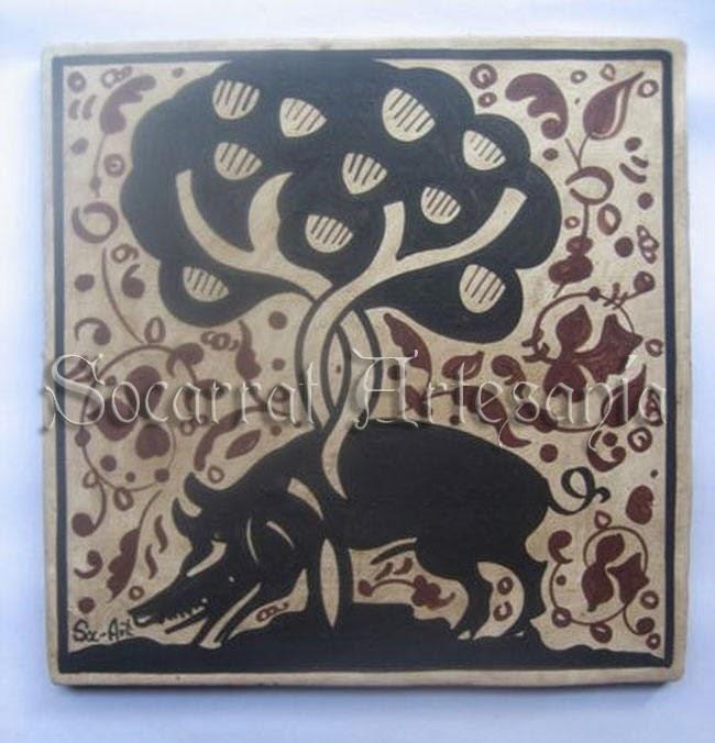 Este socarrat representa un jabalí que después de revolcarse por el barro se rasca y limpia rascándose con la corteza de un árbol. Soc-Art